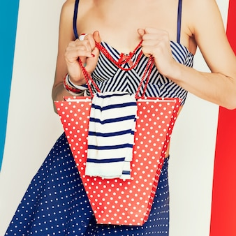 글래머 모델 마린 스타일과 물방울 무늬 여름 시간