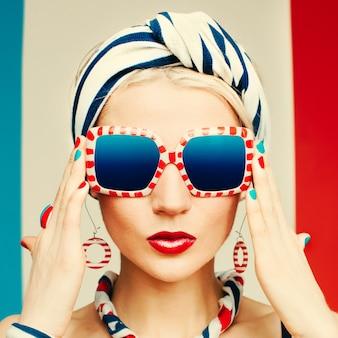 글래머 모델 마린 스타일 여름 패션