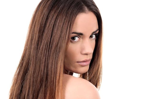 白い背景の上の美しい女性モデルの魅力的な肖像画