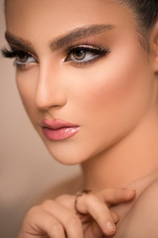 Гламурный портрет красивой женской модели со свежим ежедневным макияжем