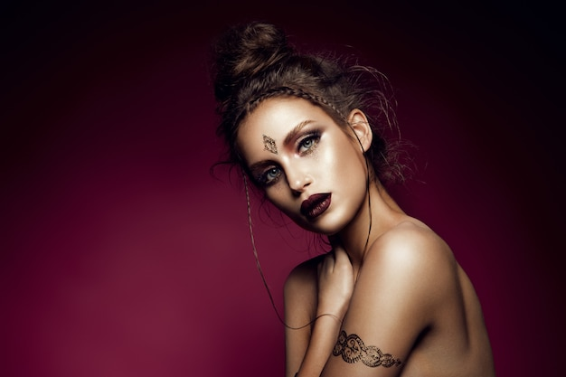 Портрет гламур модели красивая женщина с золотой макияж и романтические прически.