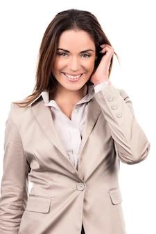 白い背景の上の髪の手で美しい女性モデルの魅力的な肖像画