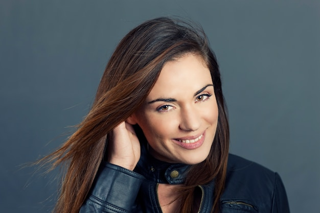 髪の手で美しい女性モデルの魅力的な肖像画