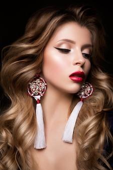 赤い唇と美しい女性モデルのグラマーの肖像画