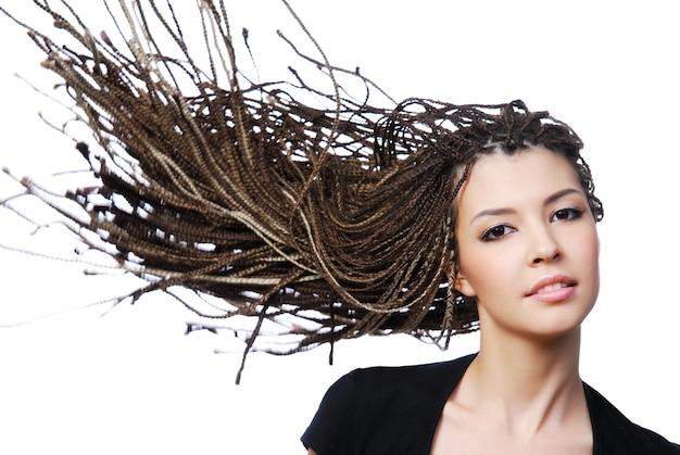 바람 불어 아름다움 머리와 섹시 한 여자의 매력적인 초상화