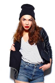 Гламур стильная красивая молодая счастливая улыбающаяся модель женщины с красными губами в повседневной одежде в черной шапочке