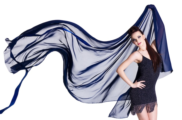 Donna glamour con chiffon blu che soffia