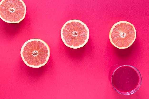 テーブルの上のグレープフルーツのスムージーとグラス
