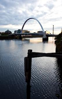 Набережная глазго: вид на мост клайд арк