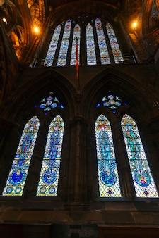 Глазго, шотландия - 15 мая 2019 г .: красивые витражи в соборе глазго, где находится самый старый собор на материковой шотландии и самое старое здание в глазго
