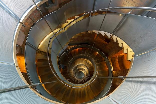 Глазго, шотландия - 15 мая 2019 г .: винтовая лестница в маяке - центр дизайна и архитектуры шотландии