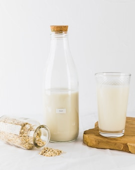 Стекло и бутылочное молоко и крупы