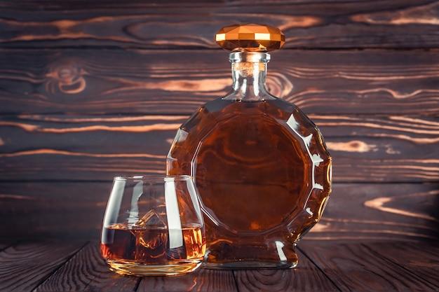 Стакан и бутылка виски