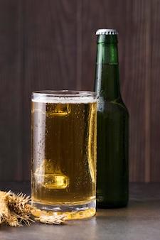 Стекло и бутылка с пивом