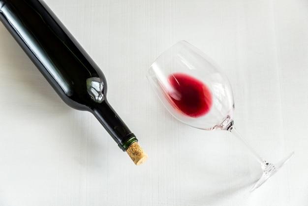 Стекло и бутылка с красным вином