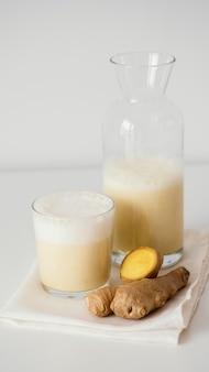 맛있는 음료 높은 각도와 유리 및 병
