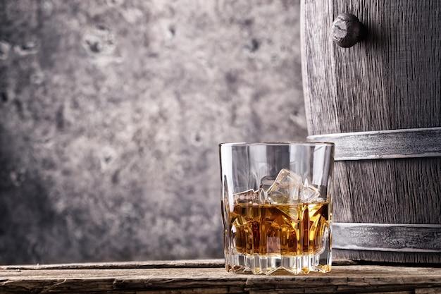 ガラスと古いウイスキーの樽