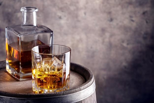ガラスとウイスキーのデカンター