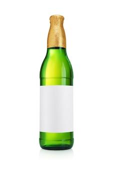 白い背景で隔離のガラスビール瓶。緑色、きれいなラベル。