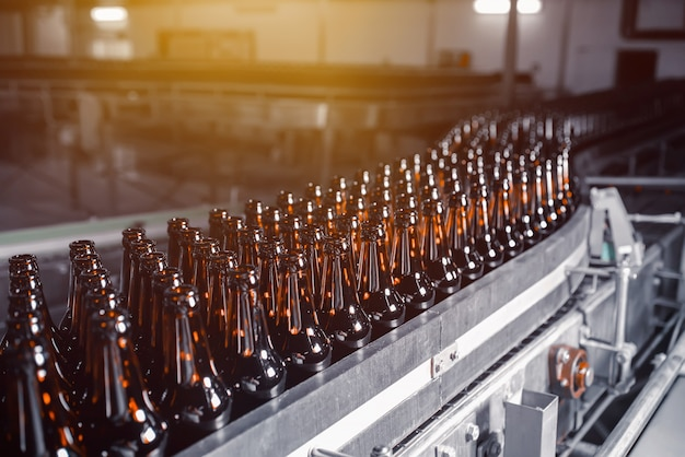 コンベアライン上の茶色のガラスビール瓶
