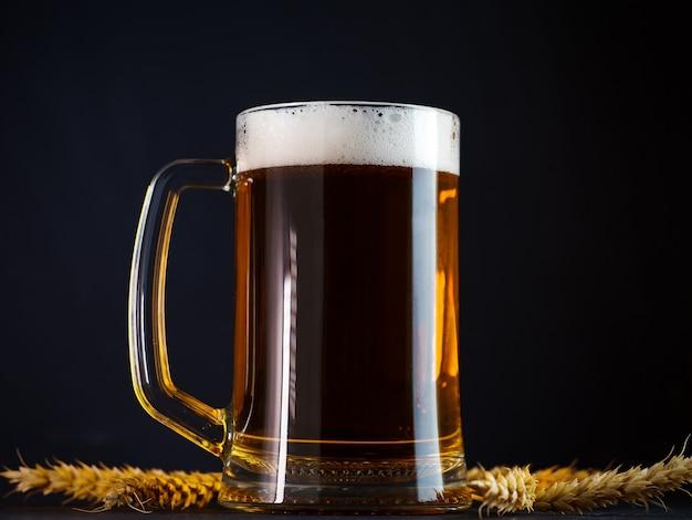 어두운 테이블에 유리 맥주 잔
