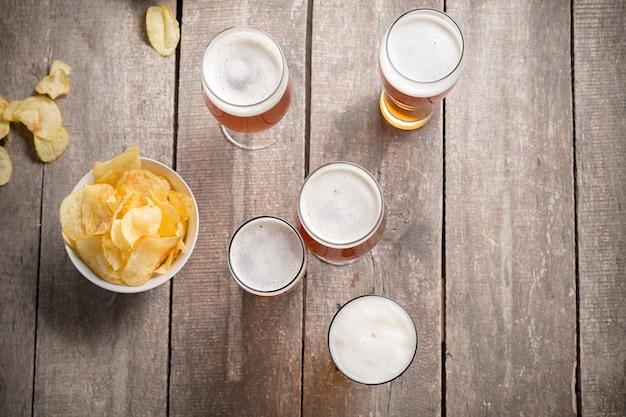 Стеклянное пиво на деревянный стол, вид сверху