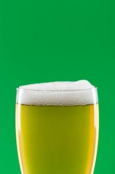 Bicchiere di birra con copia-spazio