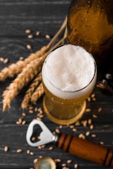 Bicchiere di birra con vista dall'alto di schiuma