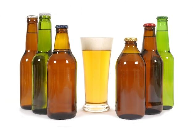 Bicchiere di birra con varie bottiglie