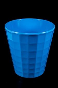 검은 배경에 파란색 유리