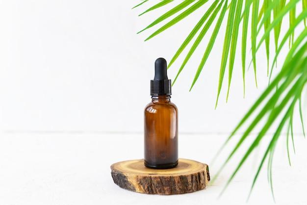 椰子の枝のあるフェイスケア製品とボディケア製品用のガラス瓶