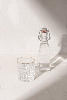 グラスを飲むと水のガラス瓶