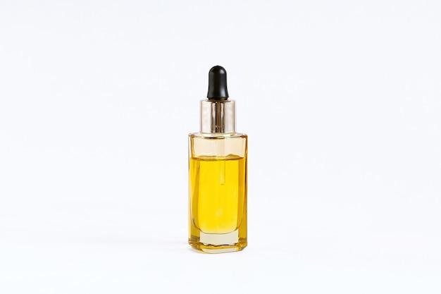 Стеклянная бутылка с капельницей с маслом cbd