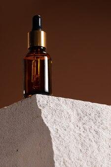 Стеклянная бутылка с косметическим маслом на шлакоблоке