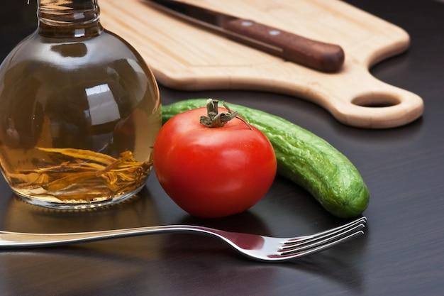 まな板の上の野菜とスパイスが香るガラス瓶
