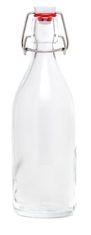 Стеклянная бутылка с поворотной фарфоровой крышкой объемом 500 мл. без этикетки и изолированные на белом фоне.