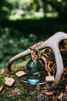 Стеклянные бутылки наполнены волшебным зельем ингредиентов таинственный лес