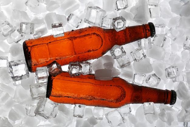 얼음 조각에 맥주 유리 병