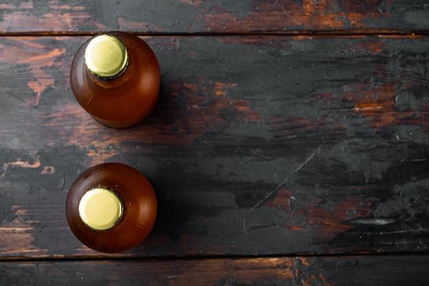 맥주의 유리 병, 오래 된 어두운 나무 테이블에, 평면도 평면 누워