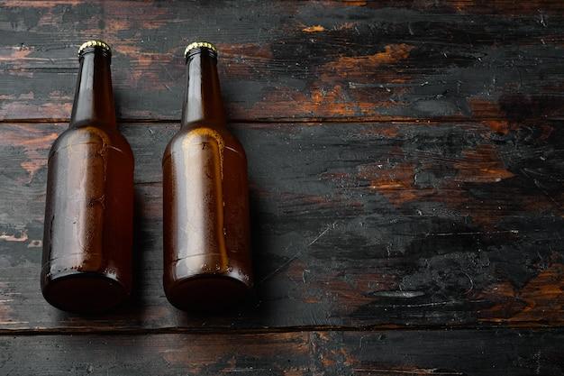오래 된 어두운 나무 테이블에 맥주 세트의 유리 병