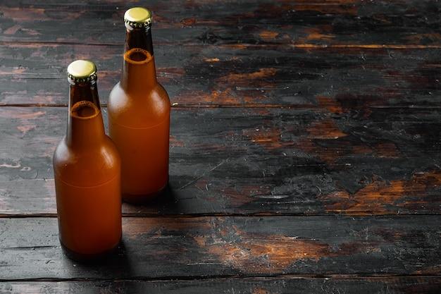 木製のテーブルにビールセットのガラス瓶