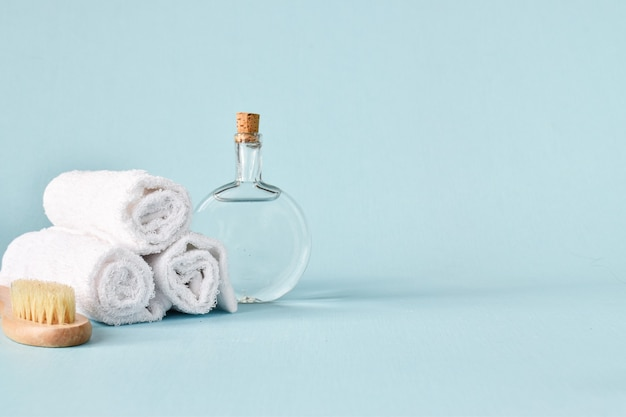 ユーカリと綿の枝が付いているガラス瓶