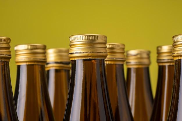 Стеклянные бутылки с металлическими крышками