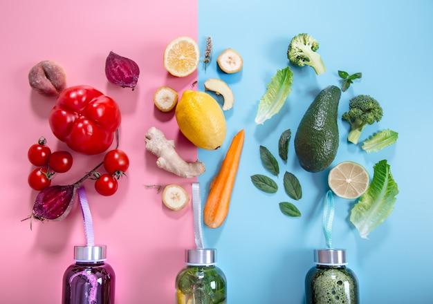 Bottiglie di vetro con bevande naturali su una parete colorata