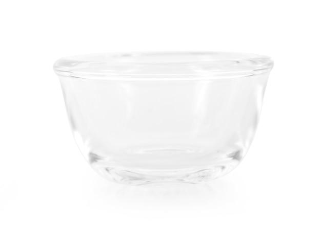 白い背景で隔離のガラスのボウル