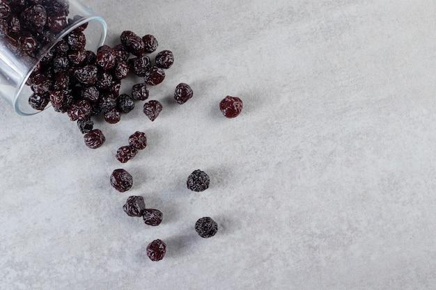 돌 표면에 배치 말린 딸기의 유리 그릇