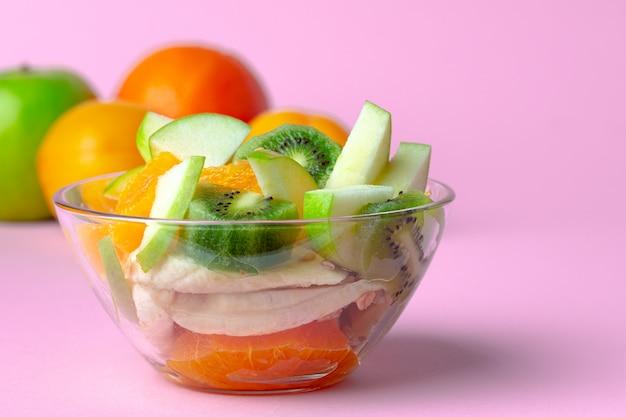 Стеклянная миска с кусочками свежих фруктов крупным планом