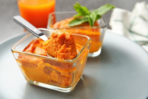 접시, 근접 촬영에 맛있는 당근 수플레와 숟가락 유리 그릇