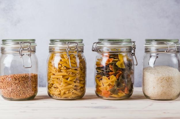 Стеклянные ящики и гречка, макароны, рис, организованные дома простые стильные хранения без пластика