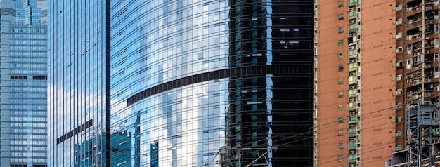 曇りの青い空とガラスの建物